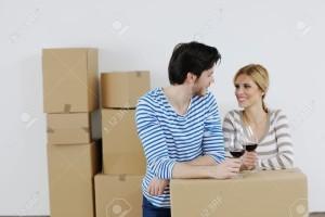 13710747 heureux couple de jeunes gens se d pla ant dans la maison de nouvelle Banque dimages