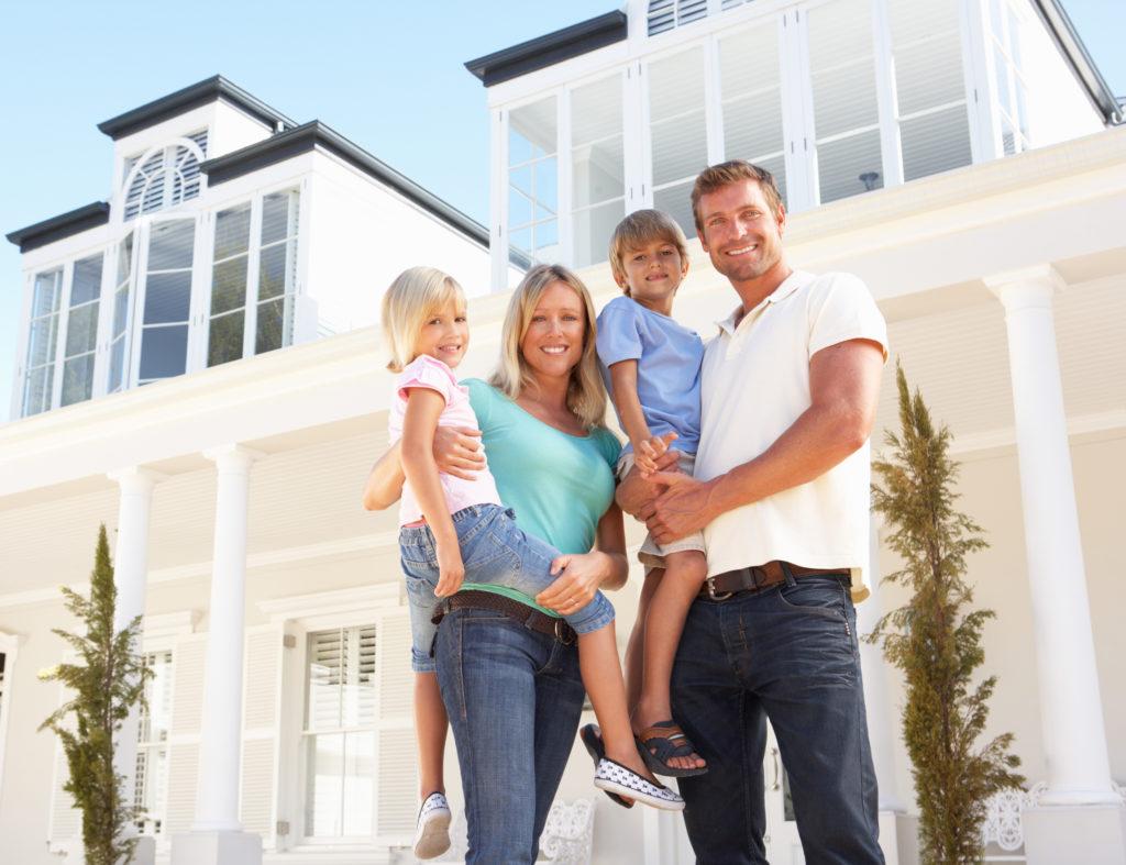 Famille devant une maison