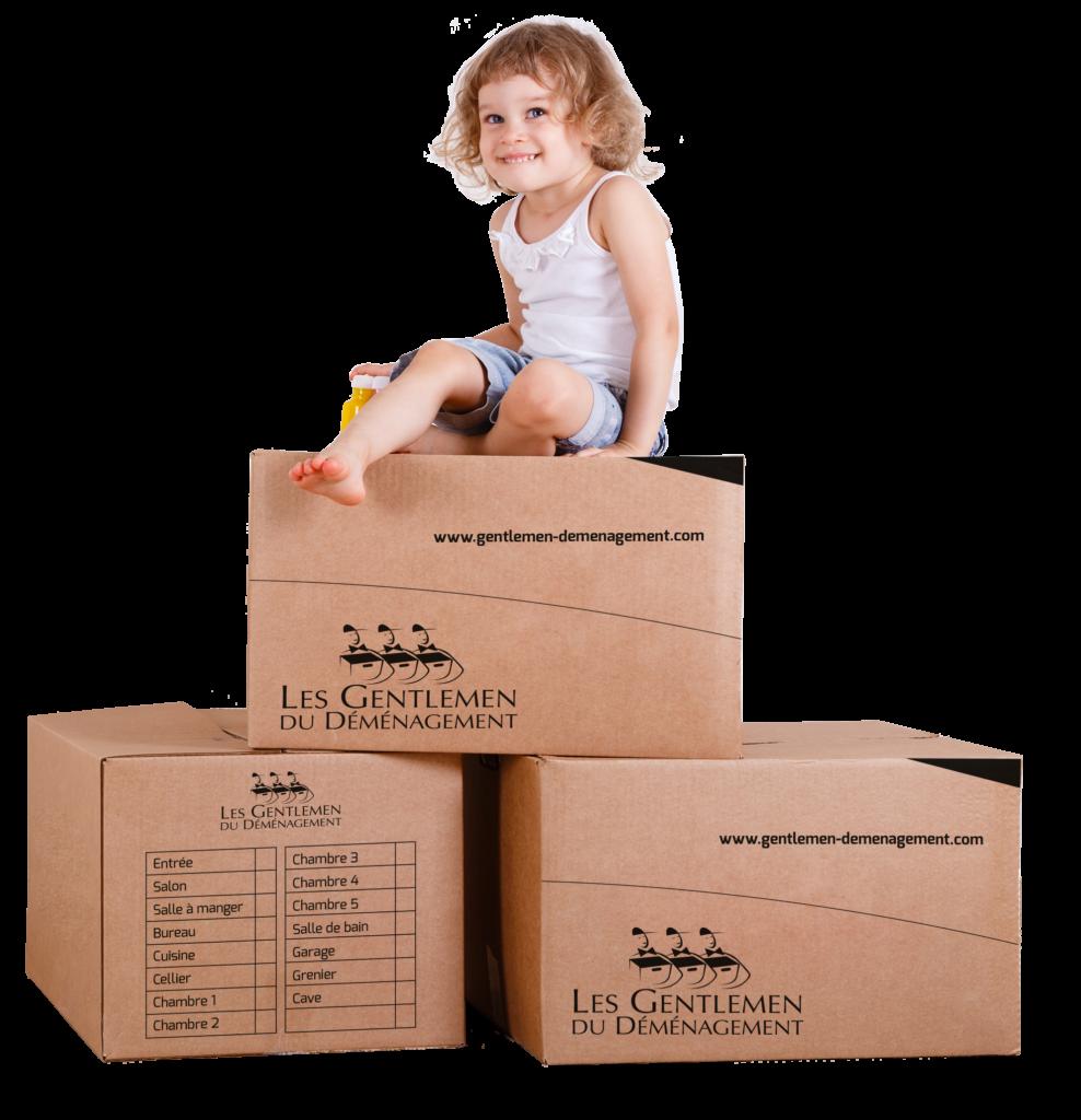 Enfant sur des cartons